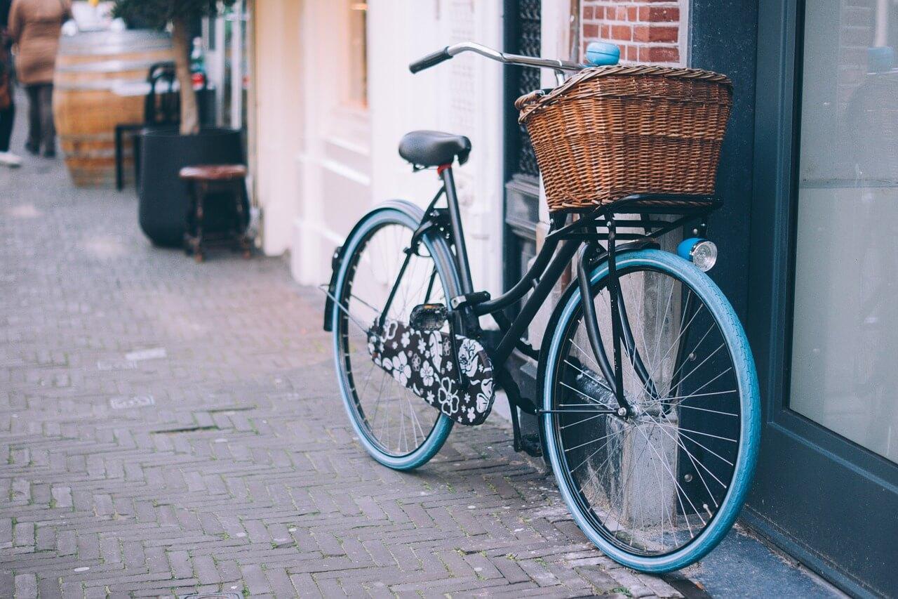 Vélo posé contre un mur