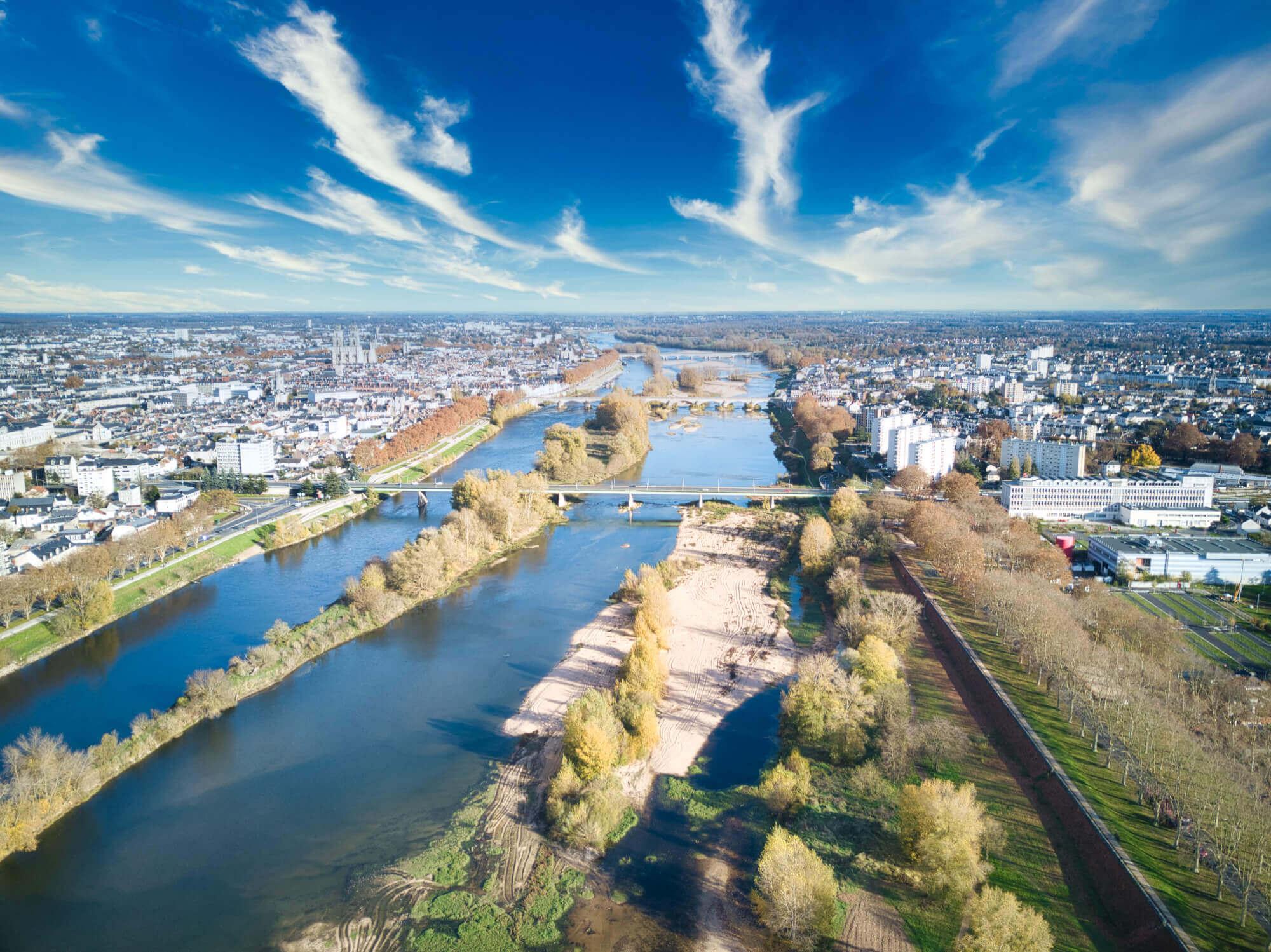 Orléans vu de drone au dessus de la Loire et vue sur pont Joffre