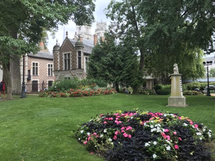 jardin Groslot derrière l'Hôtel de ville d'Orléans